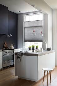 Hohe Decken in der Küche schwarze Wand weiße Küche