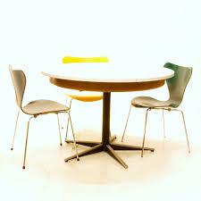 Runder Tisch mit Kunstharzplatte zum Ausziehen