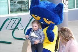 VIDEO: Pete the Cat meets kids in Parksville – Parksville Qualicum Beach  News