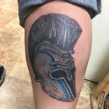татуировка шлема спартанца на голени мужчины фото рисунки эскизы