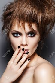 Modèle De Mode Avec Des Cheveux ébouriffés Maquillage Manucure Portrait Dune Femme De La Mode Jeune Avec La Coiffure Punk Rock Maquillage Sombre