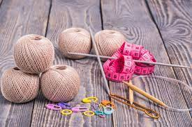 Pelotes De Laine, Aiguilles à Tricoter, Ruban à Mesurer Et Pinces Sur Fond En Bois | Photo Premium