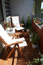 How to spruce up a rental apartment deck; add portable wooden panels for  deck flooring and that cute squirrel pillow: dekorator amator: Na balkonie  po ...
