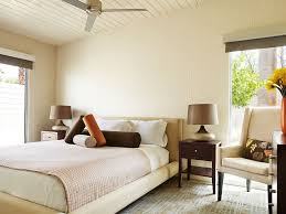 Dunkelbraune Holz Kopfteil Bett Neutral Schlafzimmer Farben Braun