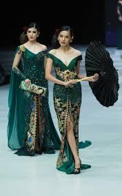 Kendati demikian, perjalanan panjang ini juga dilalui dengan jatuh bangun dan menuai kontroversi. 15 Inspirasi Kebaya Klasik Karya Anne Avantie Di Indonesia Fashion Week 2018
