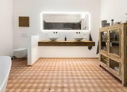 Wie man einen alten dielenboden renoviert und was man beim schleifen, pflegen und versiegeln beachten sollte: Holzboden Im Badezimmer Mafi
