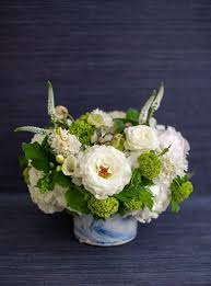 with a standout vessel the flowers can be more simple a fun idea to try in your own at home