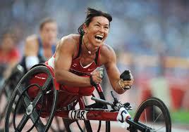 паралимпийских историй спортсмены победившие обстоятельства  На фото Шанталь Петиклерк празднует победу в соревнованиях на ручных велосипедах на Паралимпийских играх в
