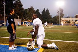 Hearing impaired UCLA running back Derrick Coleman talks to 11-year-old Ramon  Johnson – hansgutknecht.com