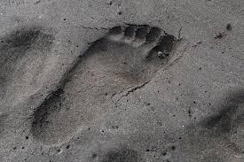 砂浜に残った足跡写真を無料でダウンロードフリー素材のぱくたそ