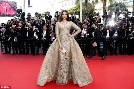 40ac8cdc00000578 4532268 thrilling sonam kapoor arrived in a sweeping number decorated wi a 63 1495526898628 jpg
