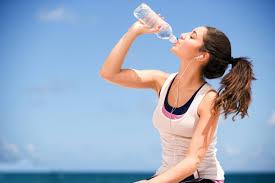 Resultado de imagen de fotos de personas tomando agua en un pomo