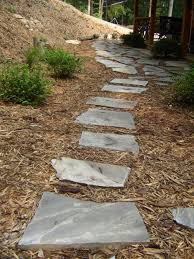 completed walkway with flagstone and mulch