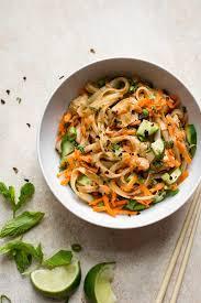 en stir fry with rice noodles