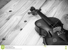 Legno Bianco Nero : Violino su fondo di legno in bianco e nero fotografia stock