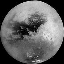 Resultado de imagen para La luna de Saturno alberga grandes masas de líquido en la superficie, compuestas por metano y etano