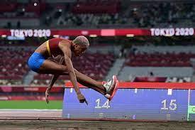 La atleta venezolana yulimar rojas, clasificó este viernes 30 de julio para la final de salto triple que se realizará este domingo, tras alcanzar una marca de 14,77 metros en su primer intento en el estadio olímpico de tokio. Mk92y Uk Rjf0m