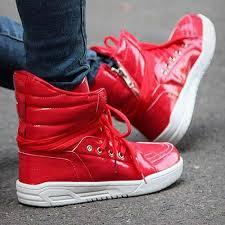 「ストリートファッション 赤スニーカー」の画像検索結果