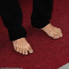 Actor Thomas Jane goes BAREFOOT on the red carpet