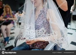 Kadeřnice Dělá Nevěsta Svatební účes Pod Závojem V B Stock