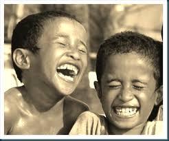 Resultado de imagem para amigos rindo juntos
