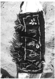 Résultats de recherche d'images pour «collier maléfique attaché avec du fil noir»