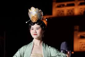 Costume show displays beauty of <b>ancient Chinese clothing</b> ...