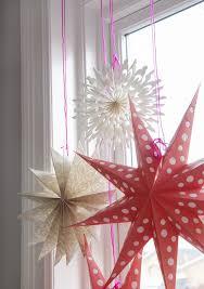 3d Papiersterne In Verschiedenen Größen Am Fenster
