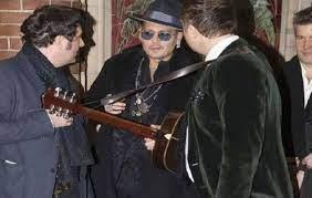 شاهد.. جوني ديب يعزف الموسيقى في زفاف صديقه