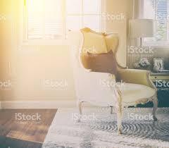 Klassischer Stuhl Mit Braunen Kissen Auf Teppich Im Vintagestil