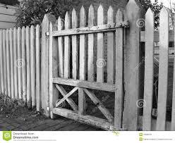 Legno Bianco Nero : Vecchio cancello di legno nero amp bianco immagine stock
