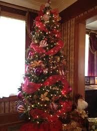 The Cedar House Inn: Christmas tree in living room