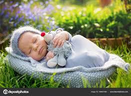 Niedliche Kleine Neugeborenes Baby Junge Schlafen Mit Niedlichen