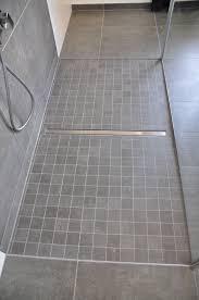 Se sorprenderá de lo fácil que puede ser convertir un cuarto de baño funcional en un lugar de descanso y relajación. Shower Mosaic Floor Floor Mosaic Shower Bathroom Remodel Shower Shower Drain Luxury Shower