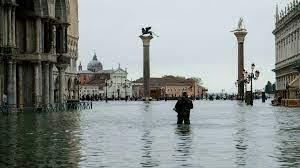 مدينة البندقية تتعرض لثاني أسوأ موجة مد في تاريخها بعد أمطار غزيرة وفيضانات  في إيطاليا