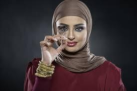sondos alqattan using eyelash curler