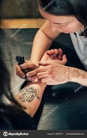 молодая художница украшения женских рук тату хной хамса стоковое
