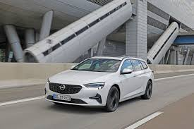 Opel'in yeni mokka'yı tanıtırken kullandığı marka yüzü tabirine bakılırsa elektrikli crossover modelinin visor adı verilen ön ızgarası astra l'de de görev yapacak. Fahrbericht Opel Insignia Sports Tourer 2021 Firmenauto