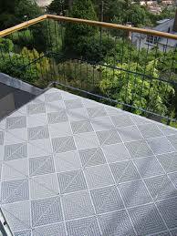 Jetzt balkon bodenbelag kaufen & für ein gutes barfußgefühl sorgen. Balkon Mit Boden Belagen Aus Wetterfesten Kunststoff Fliesen Klick System