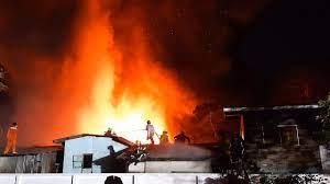 ไฟไหม้ชุมชนคลองขวาง ยานนาวา โหมวอดกว่า 30 หลัง ระดมดับกว่า 2 ชม.