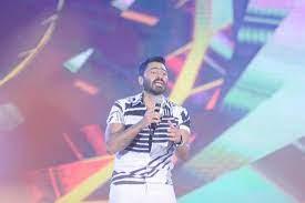 """تامر حسني يغني """"مش أنا"""" في حفله الأخير.. هل قصد مضايقة حلا شيحة؟"""