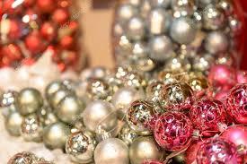 Glänzendes Silber Und Rosa Christbaumkugeln Stockfoto