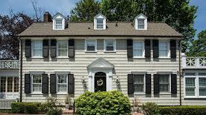 la façade de la maison récemment lors de la mise en vente source zillow elle serait hantée depuis le drame sanglant qui s y est déroulé