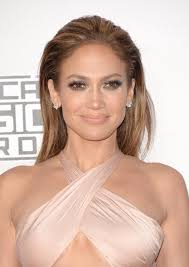 jennifer lopez contrasted her heavy eye makeup with a subtle lip