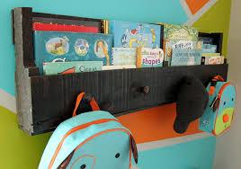 Anote os materiais necessários, siga o passo a passo compartilhado e aprenda agora como fazer prateleira de pallet para livros para o quarto das crianças. Faca Voce Mesmo Prateleiras Reutilizando Paletes Ideias Designer De Interiores