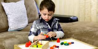 Trẻ tự kỷ: Nguyên nhân, triệu chứng và cách điều trị • Hello Bacsi