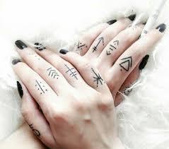 тату на пальцы рук эскизы тату Love на пальце тату фотографии