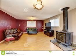 Kontrastieren Sie Rote Wand Im Wohnzimmer Mit Antikem Kamin