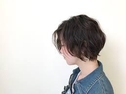 前下がり前上がり前髪なし強めパーマのショートボブが大人女性に