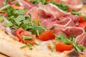 Risultati immagini per pizza Parmigiana (pomodoro, mozzarella, prosciutto cotto, melanzana, uovo, grana).